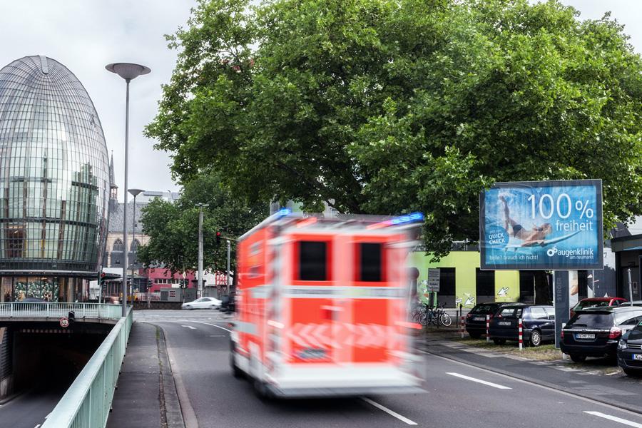 AUPRION-Mega-Light-Dauerwerbung-Hinweismedien-Koeln-Stroeer-Augenklinik