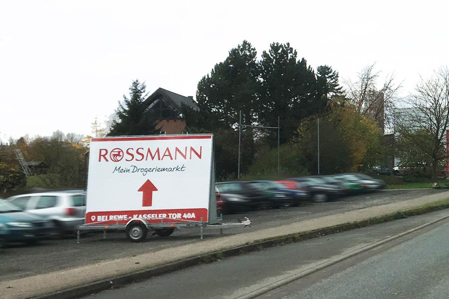 AUPRION-Werbeanhaenger-Hinwesmedien-Dauerwerbung-Wegleitsystem-Rossmann-Werbeanhaenger