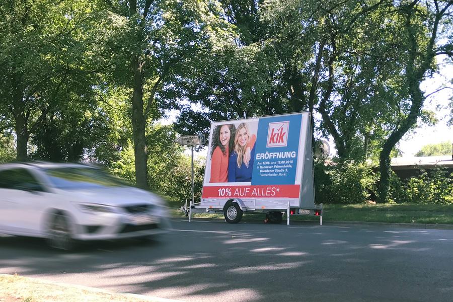 AUPRION-Kik-Werbeanhaenger-Aktionsmedium-Neueroeffnungsmarketing-zweiseitig
