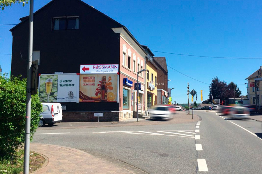 AUPRION-Topper-auf-Grossflaeche-Hachenburg-Hinweismedium-Wegleitsystem-Rossmann
