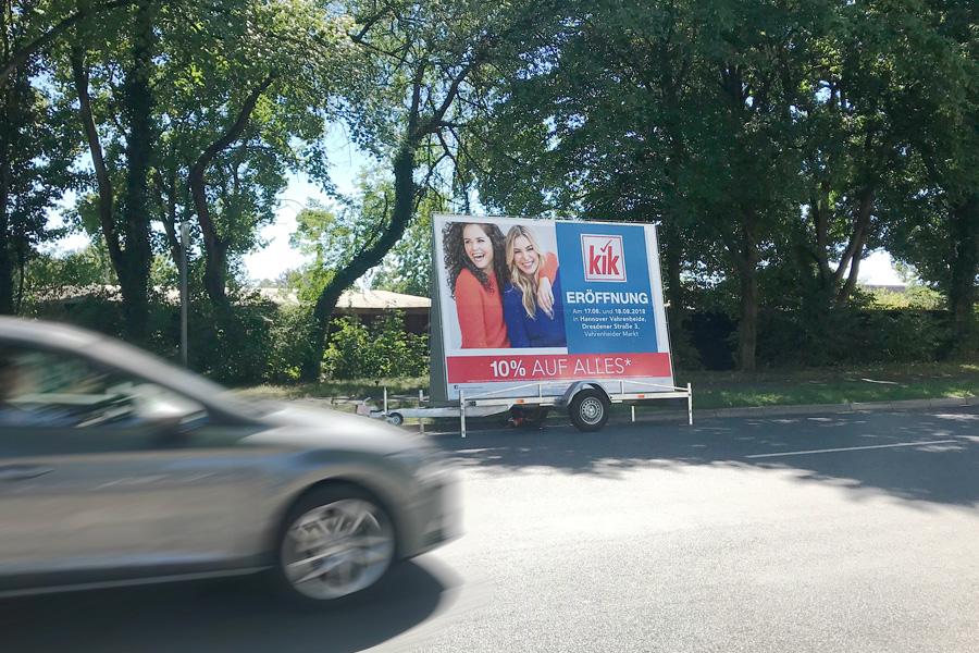 AUPRION-Werbeanhaenger-Aktionsmedium-Neueroeffnungsmarketing-zweiseitig-kik